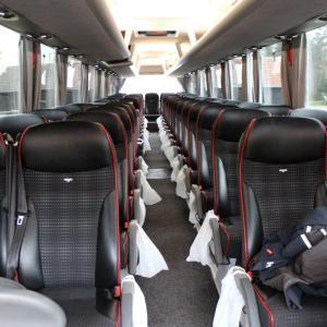 Buss innvendig. Setene har høy komfort og sikkerhetsbelte.