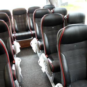 Seter bakerst i bussen.