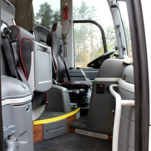 Foran i bussen finnes det eget sete for guide.